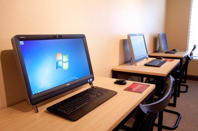 दशैँ बिदामा ताला फुटाइ विद्यालयका कम्प्युटर चोरी