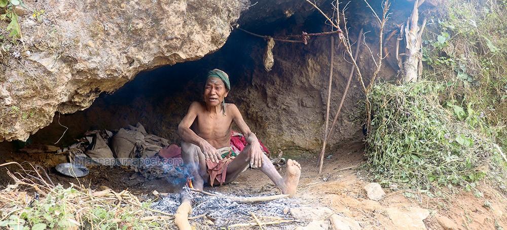 बीस वर्षदेखि ओढारमा बास बस्दै आएका वृद्ध चेपाङलाई २५ हजार सहयोग
