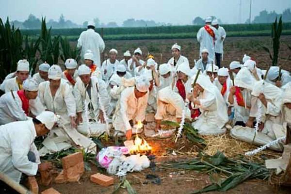 यसरी गरिन्छ चिहानबाट महिलाको शव झिकेर कुमार केटासँग बिहे