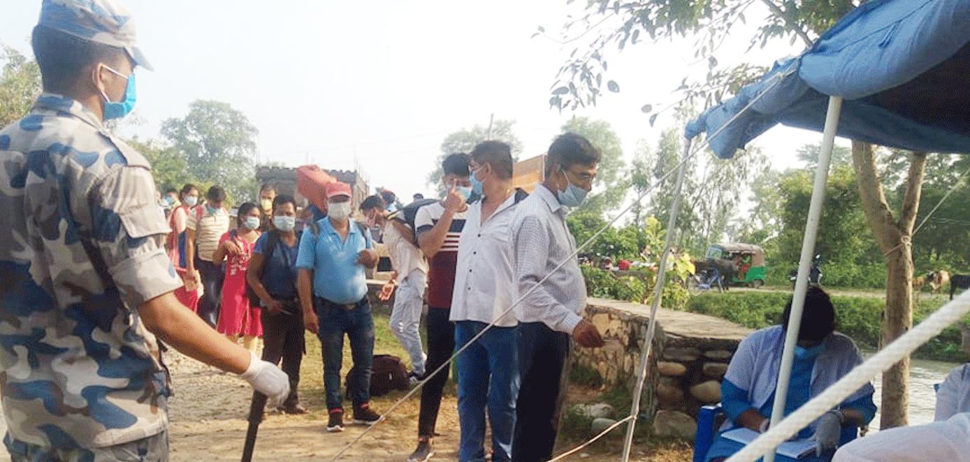 दशैँले पनि रोक्न नसकेका सुदूरपश्चिमेली, नाकामा भारत छिर्नेको लर्को