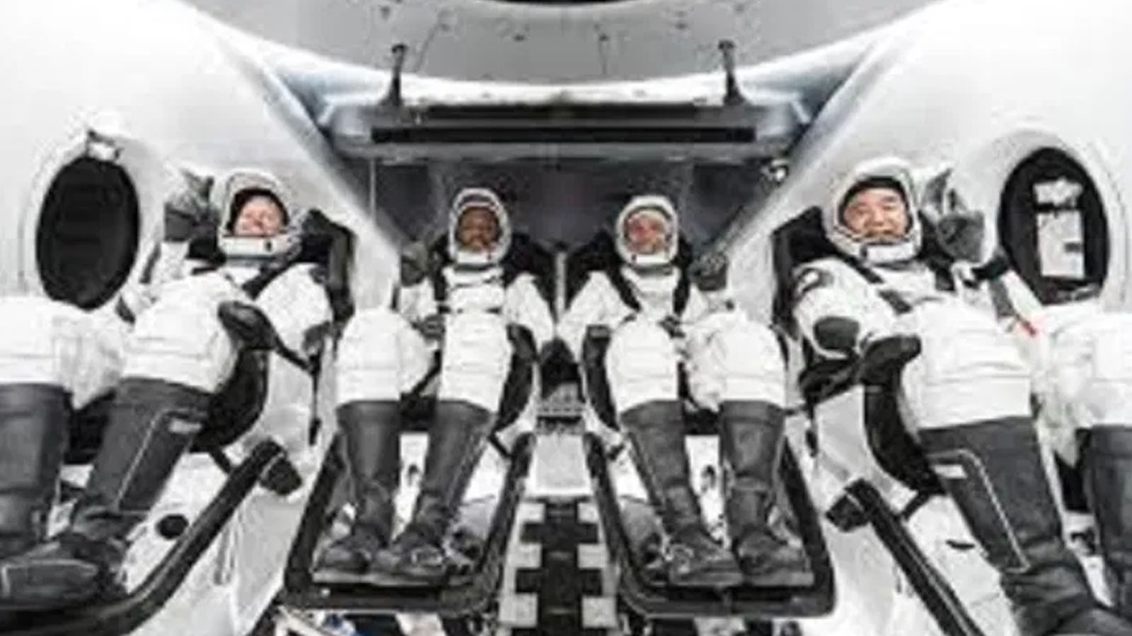 चार जना अन्तरिक्ष यात्री पृथ्वीमा सकुशल अवतरण