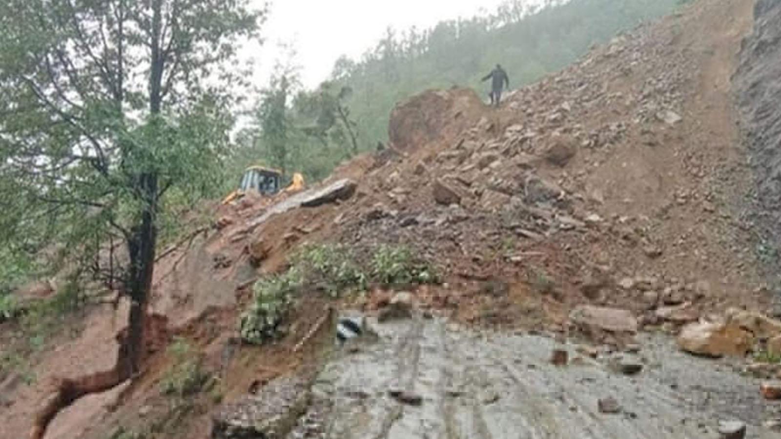 भीमदत्त राजमार्ग अवरुद्ध, सात जिल्लाका हजारौँ यात्रु अलपत्र