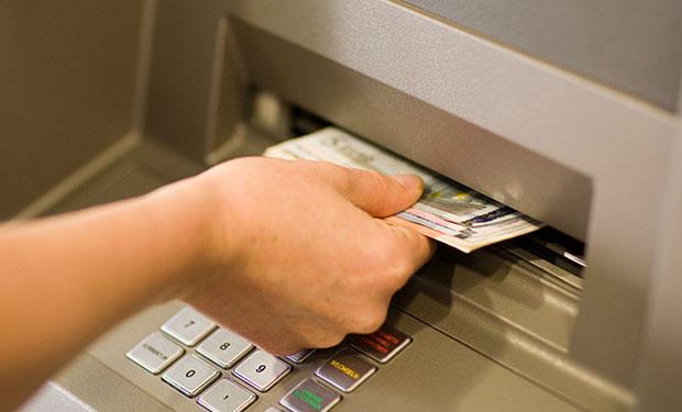 अनधिकृत रुपमा एटिएमबाट पैसा निकाल्ने ५ चिनिया पक्राउ