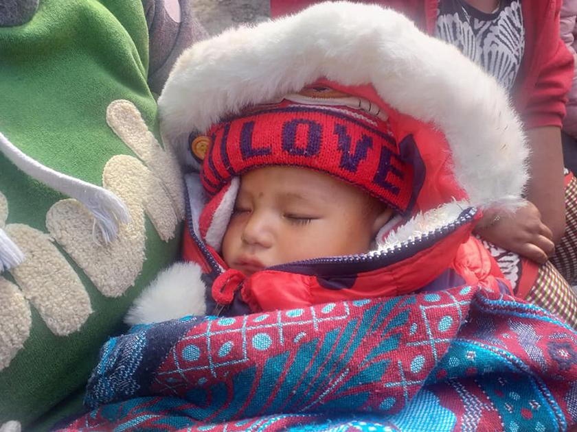 सिन्धुपाल्चोक बस दुर्घटनाः बाबु फरार, आमाको निधन, शिशु अस्पतालमा एक्लै