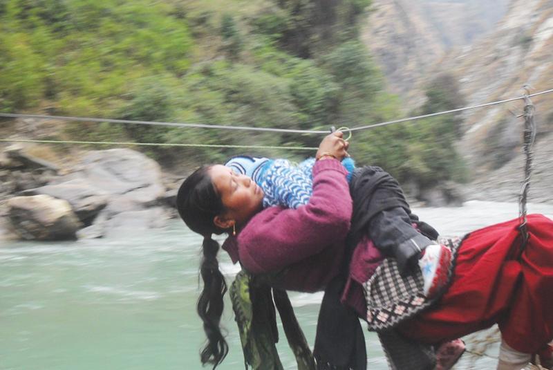 वर्षौंदेखि तुइनमा तुर्लुङ : स्थानीय भन्छन्, जिन्दगी तुइन तरेरै बित्ने भयो