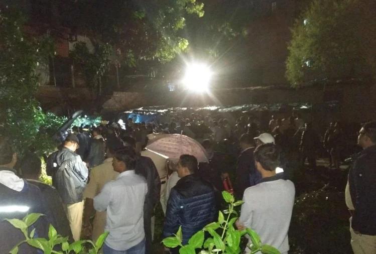 भारतमा पर्खाल भत्किँदा १८ को मृत्यु, दर्जनौँ घाइते