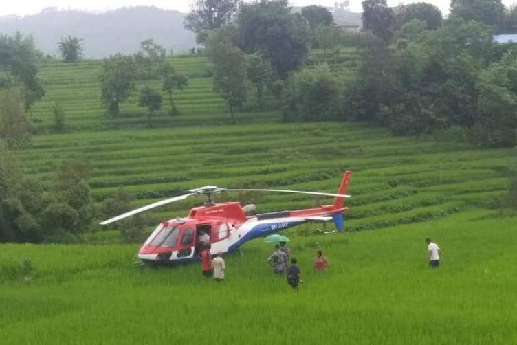 लुक्लाबाट पर्यटक बोकेर आएका ७ हेलिकोप्टर काभ्रेका खेतमा आकस्मिक अवतरण