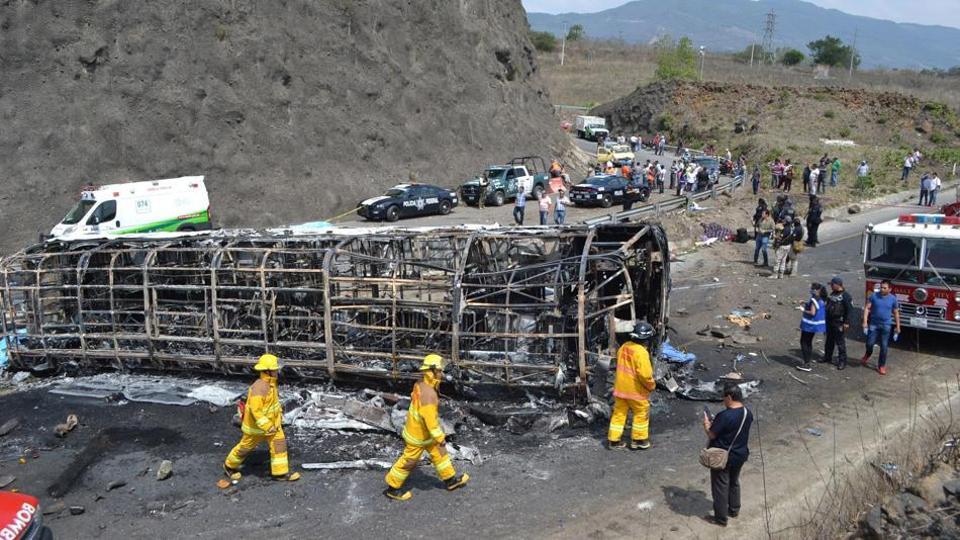 ईदको छुट्टी मनाएर फर्किँदै गरेको बस दुर्घटना, १७ जनाको मृत्यु