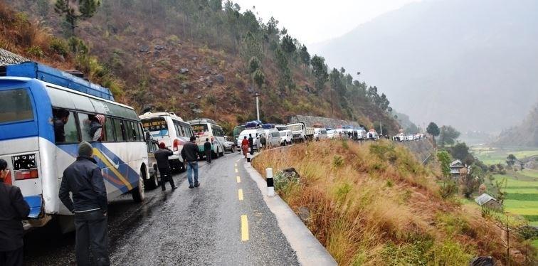 पहिरोका कारण बीपी र मध्यपहाडी राजमार्ग अवरुद्ध