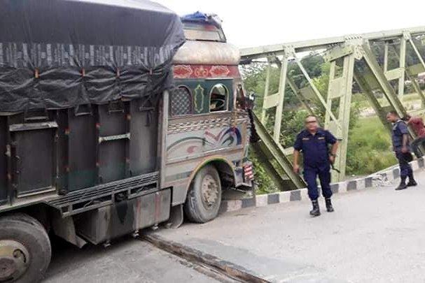 ट्रकले ठक्कर दिँदा पुलमा क्षति, पूर्व–पश्चिम राजमार्ग अवरुद्ध