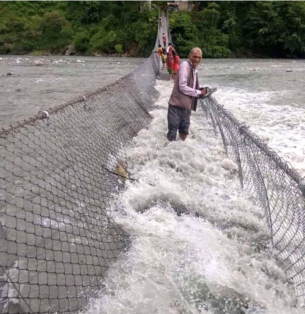 पुल माथिबाटै बग्छ नदीको भेल !