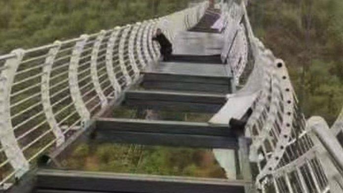 चीनमा हावाहुरीले पुलको सिसाको उडायो एक जना व्यक्ति अलपत्र