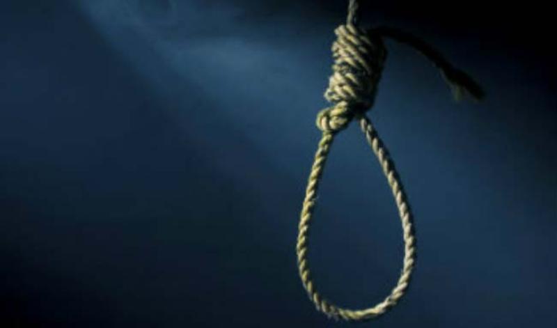 अस्पतालको भर्याङमा झुण्डिएर पुरुषले गरे आत्महत्या
